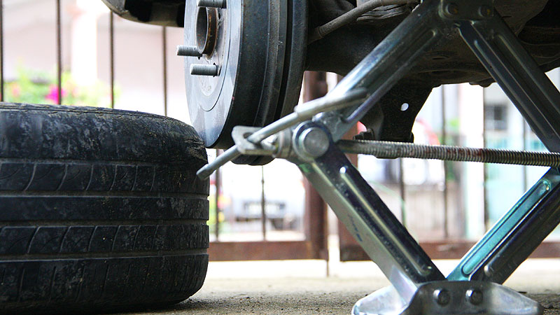 Changing-a-car-tire